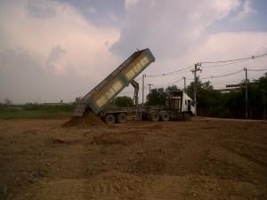 รถบรรทุกดั๊มดินลูกรัง เพื่อทำการถมดิน