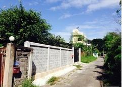 ถนนหน้าแปลงที่ดิน ซอยคู้บอน 25 ถมดินสูงกว่าถนน พื้นที่ 74 ตารางวา