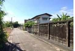 ถนนภายในซอยคู้บอน 25 พื้นที่ 74 ตารางวา ถมดินสูงกว่าถนน